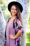 Милая девушка стоя около дерева стоковое фото