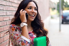 Милая девушка студента говоря на телефоне Стоковое фото RF