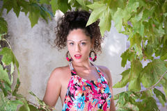 Милая девушка с вьющиеся волосы и красивыми зелеными глазами Стоковое Фото