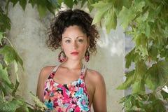 Милая девушка с вьющиеся волосы и красивыми зелеными глазами Стоковая Фотография RF
