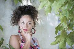 Милая девушка с вьющиеся волосы и красивыми зелеными глазами Стоковая Фотография