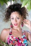 Милая девушка с вьющиеся волосы и красивыми зелеными глазами Стоковые Изображения