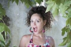 Милая девушка с вьющиеся волосы и красивыми зелеными глазами Стоковые Фото