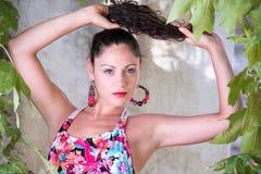 Милая девушка с вьющиеся волосы и красивыми зелеными глазами Стоковые Фотографии RF