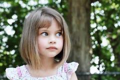 Милая девушка с качанными волосами стоковая фотография rf
