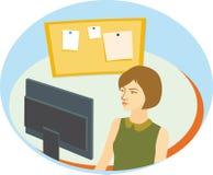 Милая девушка с короткими коричневыми волосами перед монитором компьютера Стоковые Фото