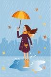 Милая девушка с котом в карманн под зонтиком Предпосылка дождя Стоковое фото RF