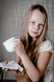 Милая девушка с красным яблоком Стоковая Фотография