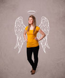 Милая девушка с крылами проиллюстрированными ангелом Стоковое Фото