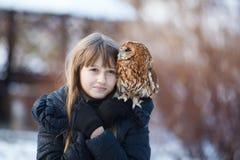 Милая девушка с маленьким сычом стоковые фотографии rf