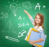 Милая девушка с папками указывая к зеленой доске Стоковое Изображение RF