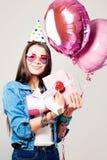 Милая девушка с подарочной коробкой Портрет праздника усмехаясь женщины Стоковые Изображения RF