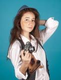 Милая девушка с ретро камерой в руках Стоковое фото RF