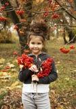 Милая девушка с темным вьющиеся волосы в лесе осени Стоковое Изображение RF