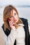 Милая девушка с телефоном на пляже Стоковое Изображение