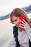 Милая девушка с телефоном на пляже Стоковые Изображения RF