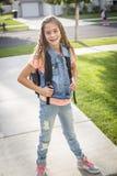 Милая девушка школы возглавляя к школе в утре Стоковое Фото