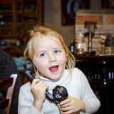 Милая девушка preschooler говоря старым винтажным ретро telephon Стоковые Фото