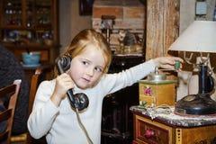 Милая девушка preschooler говоря старым винтажным ретро telephon Стоковое фото RF