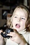 Милая девушка preschooler говоря старым винтажным ретро telephon Стоковая Фотография RF