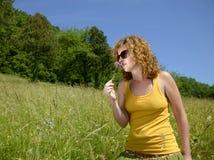 Милая девушка redhead с цветком Стоковые Фото