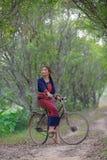 Милая езда девушки велосипед в парке Стоковая Фотография RF