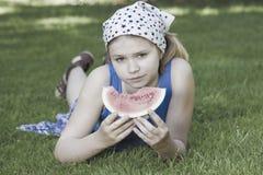 милая есть девушка меньший арбуз Стоковое Фото