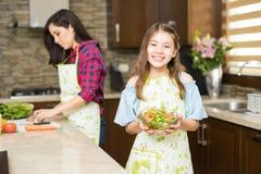 Милая еда девушки здоровая дома Стоковые Изображения RF