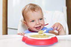 Милая еда мальчика малыша стоковое фото