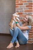 Милая женщина дамы с щенком Стоковое фото RF