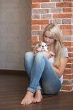 Милая женщина дамы с щенком стоковое изображение rf