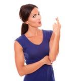 Милая женщина брюнет делая желание и везение подписывают Стоковые Изображения RF