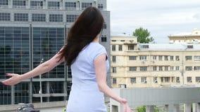 Милая женщина брюнет на городской предпосылке сток-видео