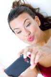 Милая женщина брюнет принимая фото себя Стоковое фото RF