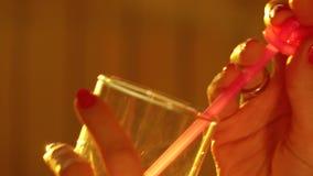 Милая женщина выпивая через розовую солому съемка конца-вверх 4K видеоматериал