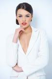 Милая женщина в белой длинной рубашке рукава Стоковое фото RF