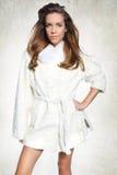 Милая женщина в белой меховой шыбе Стоковое Изображение