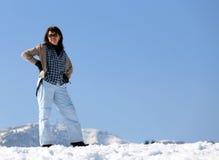 Милая женщина в горах в зиме Стоковые Фотографии RF