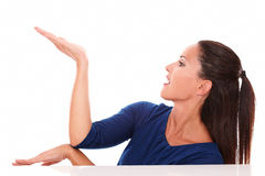 Милая женщина в голубой рубашке держа ладонь вверх Стоковые Изображения RF