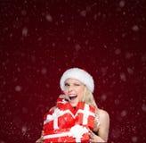 Милая женщина в крышке рождества держит комплект настоящих моментов стоковое фото rf