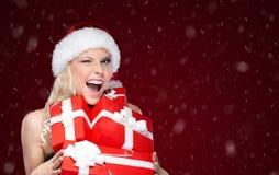 Милая женщина в крышке рождества держит комплект настоящих моментов стоковые фотографии rf