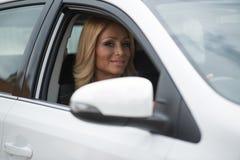 Милая женщина в новом автомобиле стоковая фотография rf