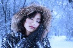 Милая женщина в одеждах зимы Стоковые Фотографии RF