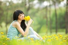 Милая женщина в парке Стоковые Фото