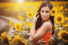 Милая женщина в поле солнцецвета Стоковая Фотография RF