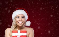 Милая женщина в руках крышки рождества присутствующих стоковая фотография