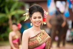 Милая женщина в традиционном платье в параде посвящения Стоковые Изображения