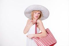 Милая женщина в элегантной шляпе держа красную белизну обнажала сумку женщина способа сь Стоковое Изображение RF