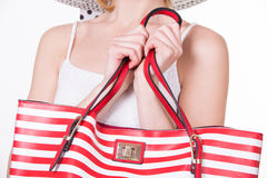 Милая женщина в элегантной шляпе держа красную белизну обнажала сумку женщина способа сь Стоковая Фотография