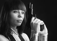 Милая женщина в manacles с личным огнестрельным оружием. Стоковые Изображения